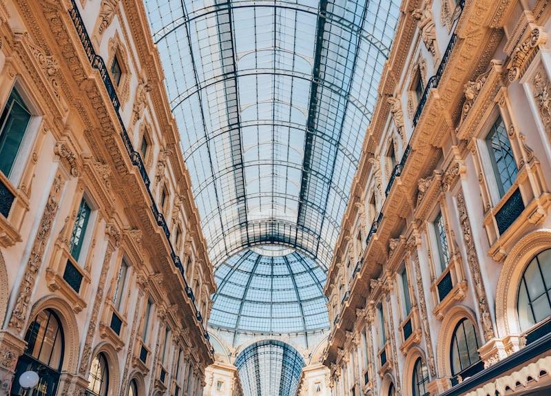 A Galeria Vittorio Emanuele II fica ao lado da catedral e é outro ponto da cidade que vale a pena dar uma espiada. Confira nosso roteiro completo de um dia em Milão!