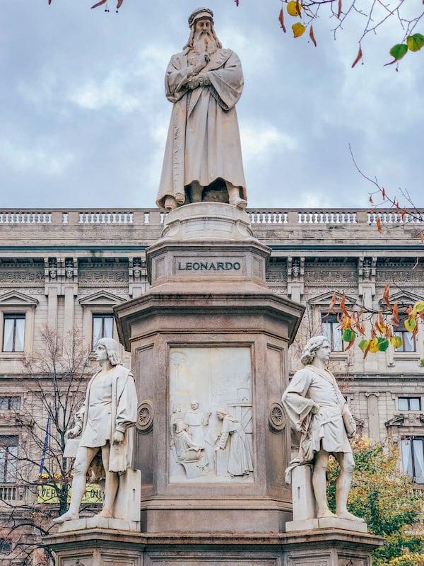 A estátua do pintor Leonardo da Vince é mais uma tração da cidade. Clique para ver o roteiro de um dia!