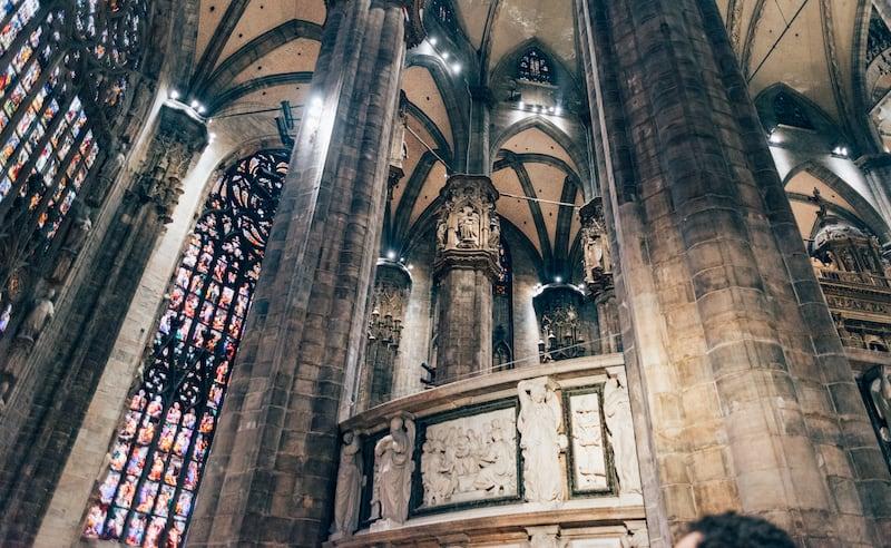 O interior dessa Igreja é enorme e cheio de obras marcantes. Saiba mais sobre esse ponto icônico da Itália no link!