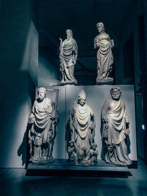 Detalhes das estátuas no Museu do Duomo.