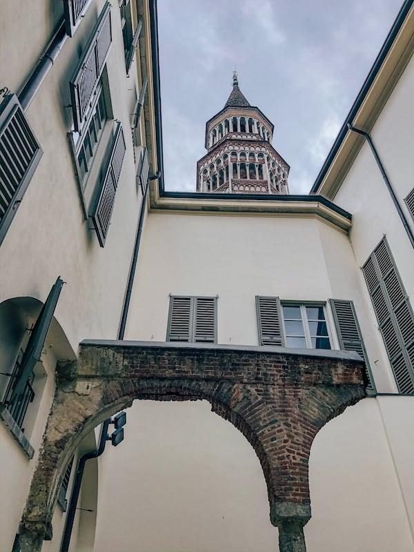 Vista para a torre da Chiesa di San Gottardo in Corte.