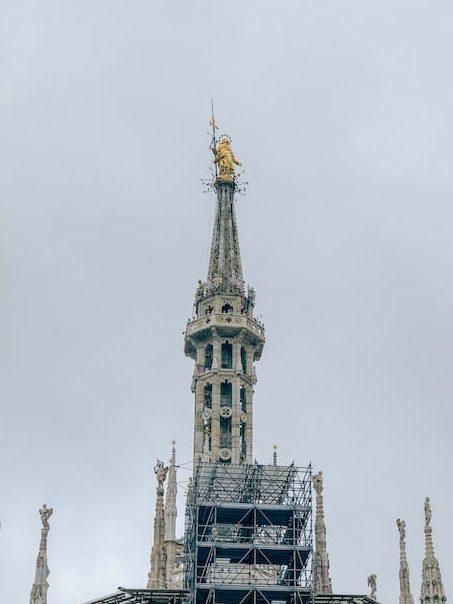 A Madonnina, uma estátua de Nossa Senhora banhada a ouro que fica no topo da Catedral. Saiba mais sobre a visita por esse ponto icônico da Itália no link!