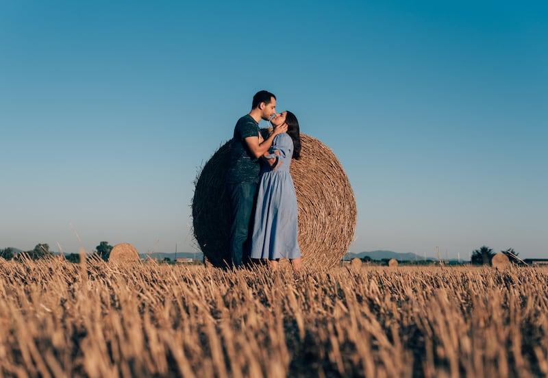 Veja nosso ensaio fotográficos nos rolos de feno da Toscana! Clique para ver dicas para fotos nesse cenário!