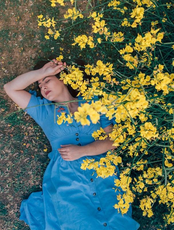 Um ensaio fotográfico no estilo cottagecore entre as flores amarelas. Um sonho!